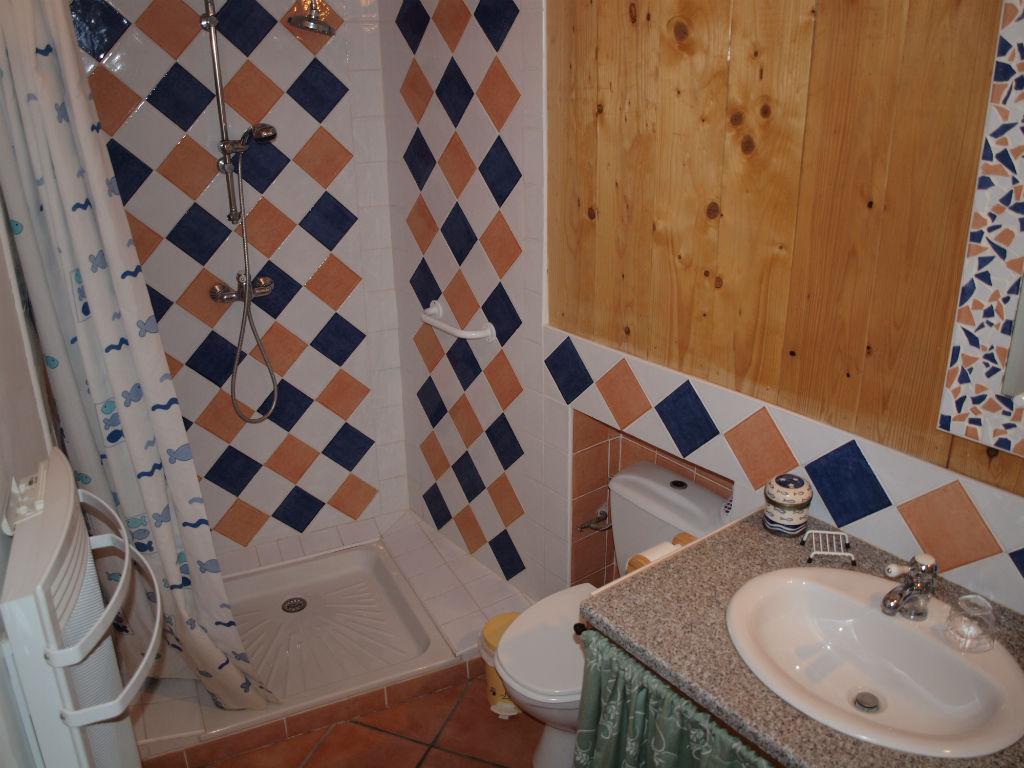 Salle de bains toilettes chambre grand lit