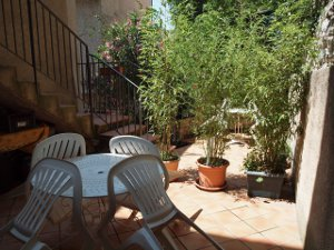 Terrasse commune avec salon de jardin