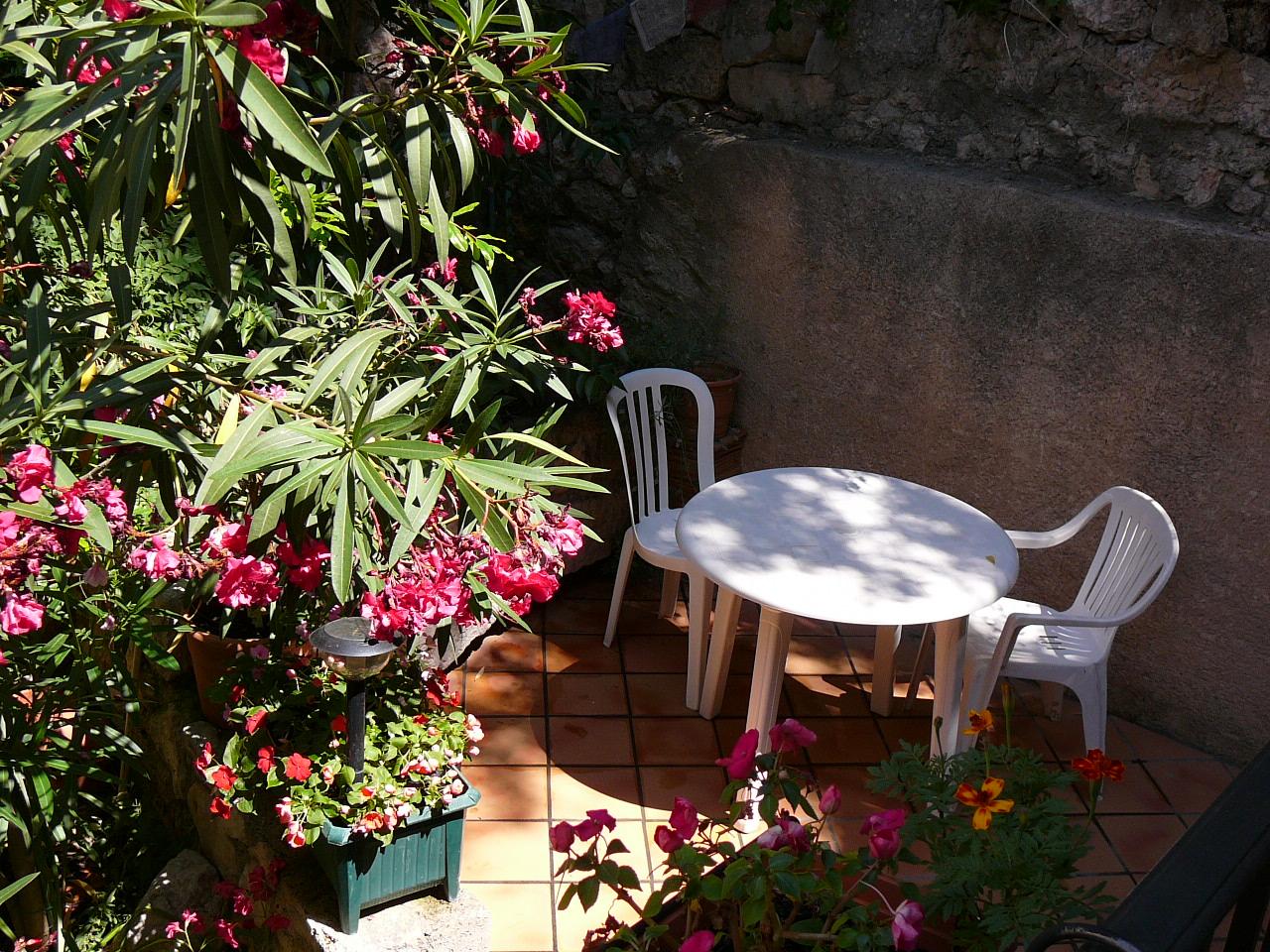 Terrasse avec salon de jardin de la location