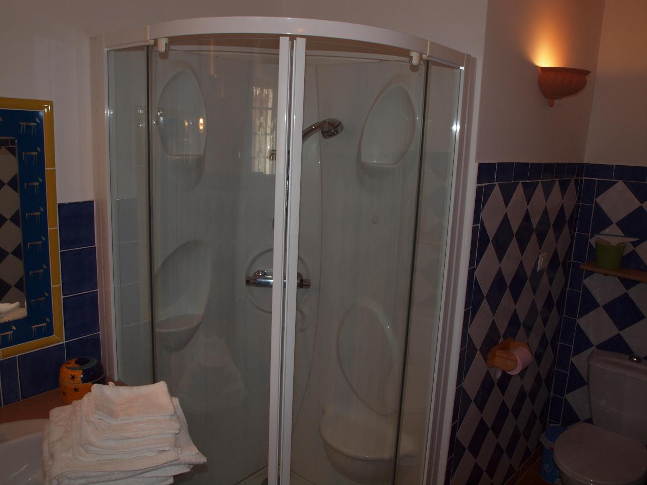 Douche de la chambre avec 2 lits