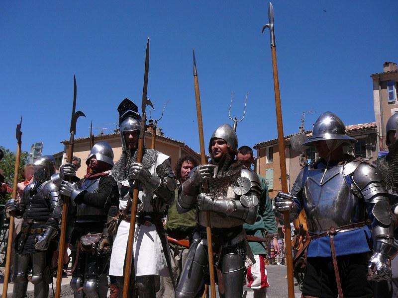 Les chevaliers à pied sur le pont de Moustiers Ste Marie