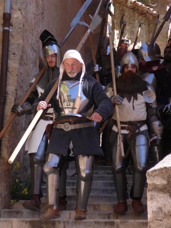 Arrivée des chevaliers dans les rues de Moustiers Ste Marie